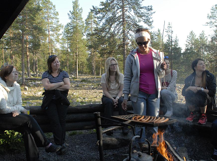 Uuden koulutuksen osanottajat pääsivät orientaatioviikolla makkaran paistoon ja nokipannukahveille Ounasvaaran laavuilla.