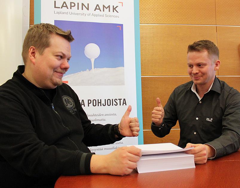 Antti Niemelä ja Ville Rauhala havainnollistavat kopiopaperipinkan avulla tavanomaisen ja Mantis-tutkimussuunnitelman eroa.